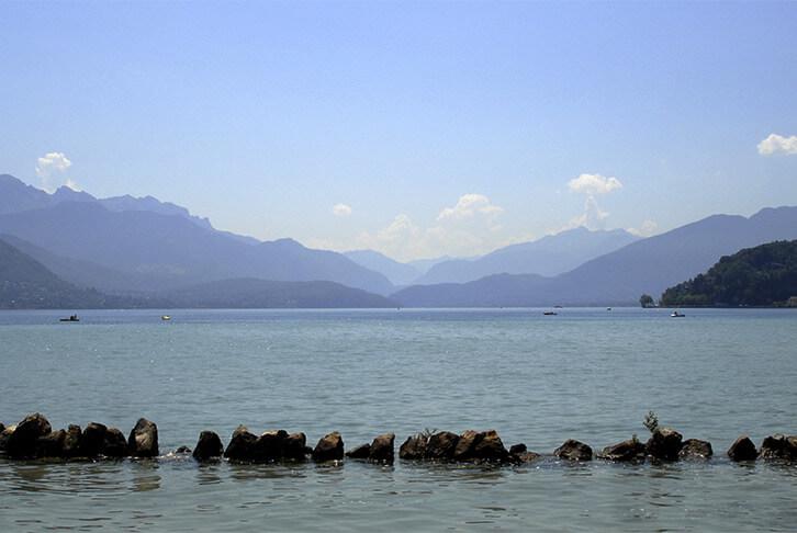 Lac entouré de montagnes dans la région d'Annecy